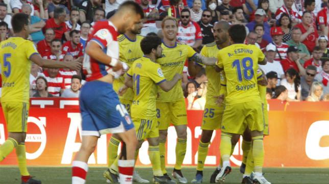 Los jugadores del Cádiz CF felicitan a Aketxe por su gol en Granada.