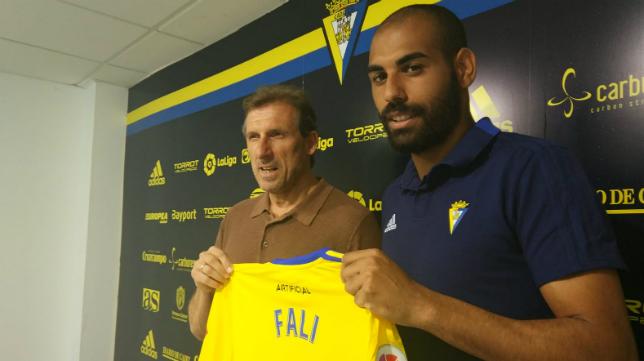Óscar Arias y Fali en la presentación del jugador