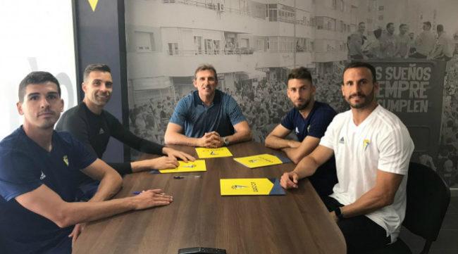 Los capitanes y el director deportivo firman el acuerdo de las primas (FOTO: CCF)