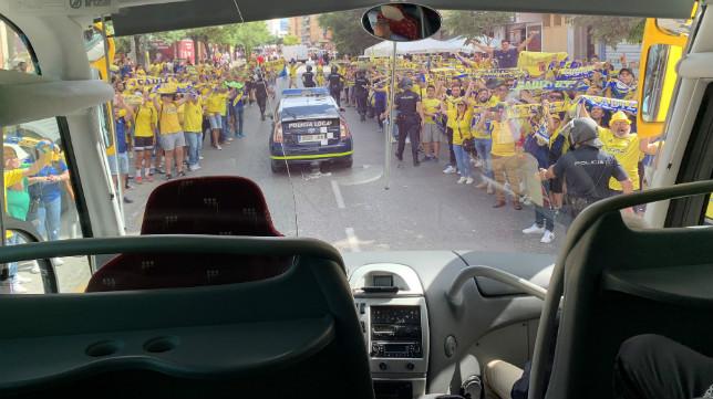 La afición cadista ha arropado a su equipo a la entrada del estadio granadiinista.