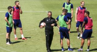 Cervera da instrucciones a sus jugadores en una sesión de entrenamientos.|A. V.