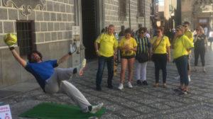 Aficionados cadistas se divierten por las calles de Granada.