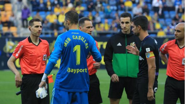 Cifuentes luce una camiseta con el nombre de Iker Casillas.