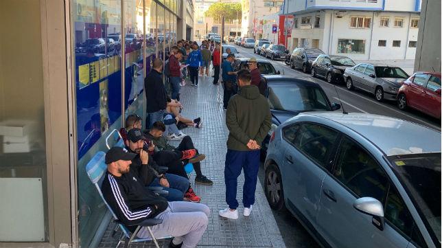 Colas en las taquillas de Carranza para adquirir una entrada. Cádiz CF