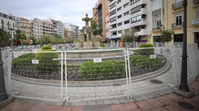 La Fuente de las Batallas de Granada ha permanecido vallada durante este fin de semana.
