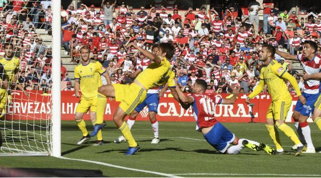 Momento del gol del Granada en el que se ve el agarrón de Puertas a Lekic (Foto: Marca)