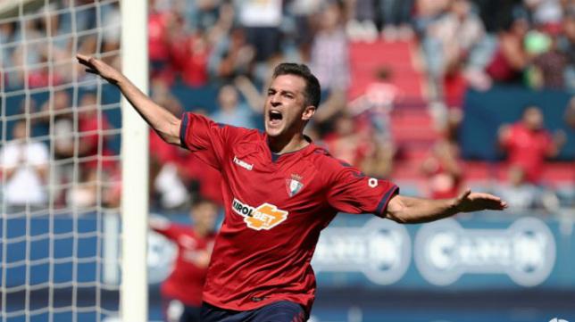 Juan Villar celebra un gol con la camiseta del Osasuna.