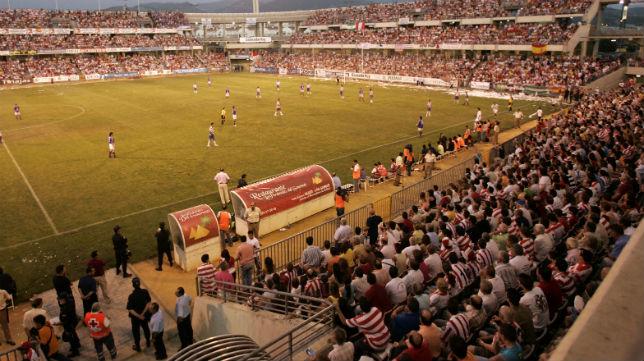 Vista del estadio Los Cármenes con las gradas llenas