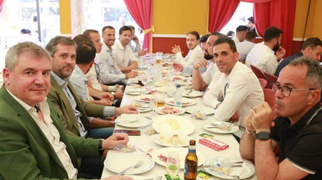 Directivos y cuerpo técnico almorzaron junto al equipo.