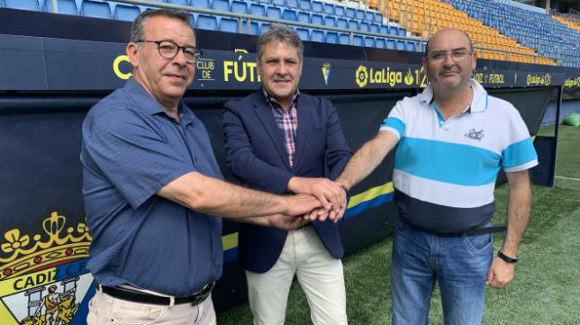 Rúbrica del acuerdo en el Estadio Ramón de Carranza. Foto: Cádiz CF.