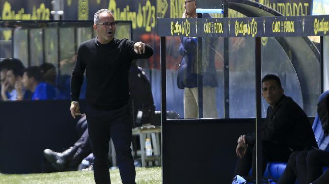 Álvaro Cervera, se dirige al banquillo en un partido.