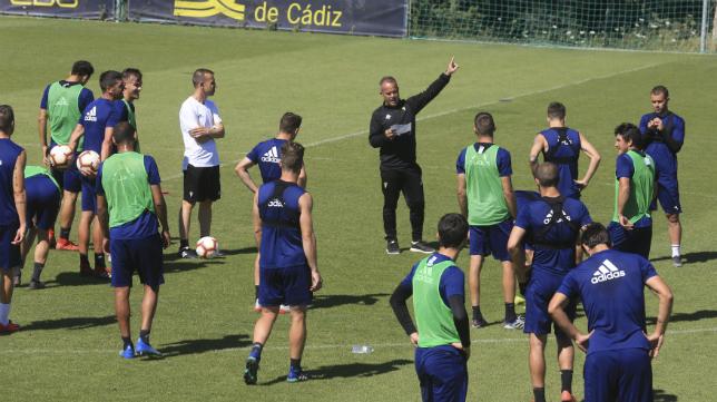 La primera plantilla del Cádiz CF durante un entrenamiento en El Rosal.