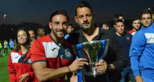 Miguel Chamorro y Mere con el título de campeón de Segunda B