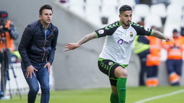 Nico Hidalgo conduce el balón por la banda derecha mientras recibe el aliento de su entrenador Iván Ania.