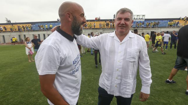 Raúl López, junto al presidente Manuel Vizcaíno.