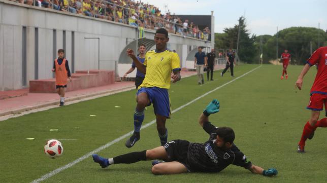 Seth, autor del gol de la clasificación, durante el Cádiz CF B-Numancia B en El Rosal.