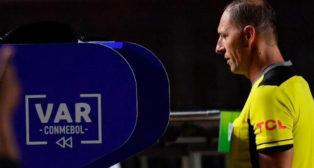 Un árbitro consulta una jugada polémica en el VAR.