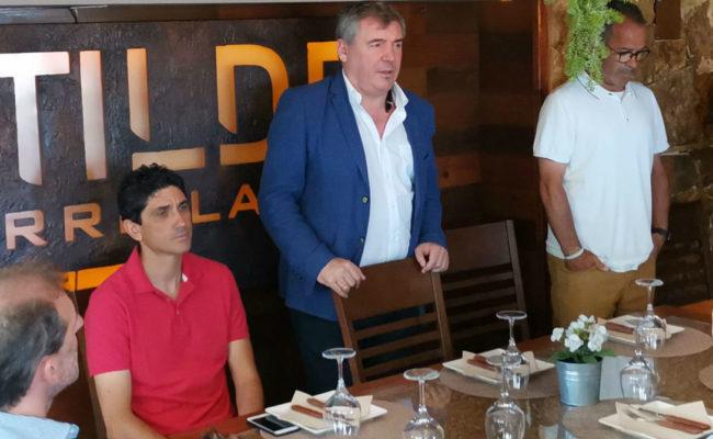 Manolo Vizcaíno, Álvaro Cervera y Óscar Arias, junto al técnico del filial Juanma Pavón.