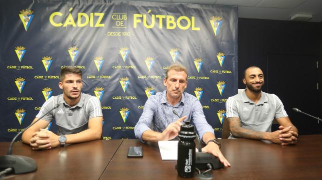 Caye Quintana, Óscar Arias y Carlos Akapo, en el primer día de presentaciones celebrado este verano en Carranza.