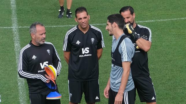 Álvaro Cervera bromea con Bodiger en presencia de más técnicos.