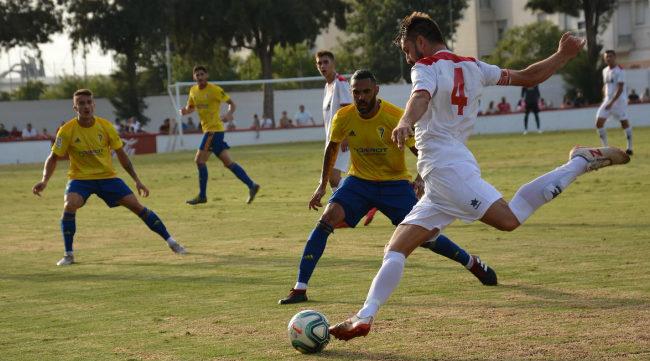 Sergio Sánchez y Salvi en un lance del partido ante el Chiclana. Foto: CCF