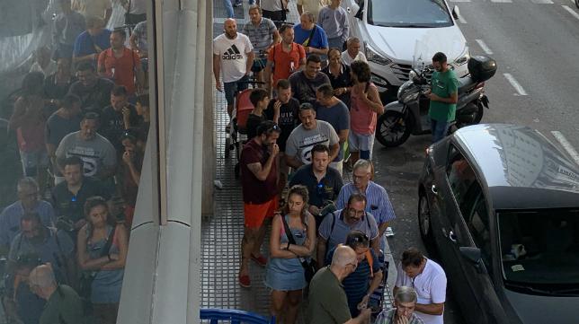 Largas colas en el Ramón de Carranza. Foto: Cádiz CF.