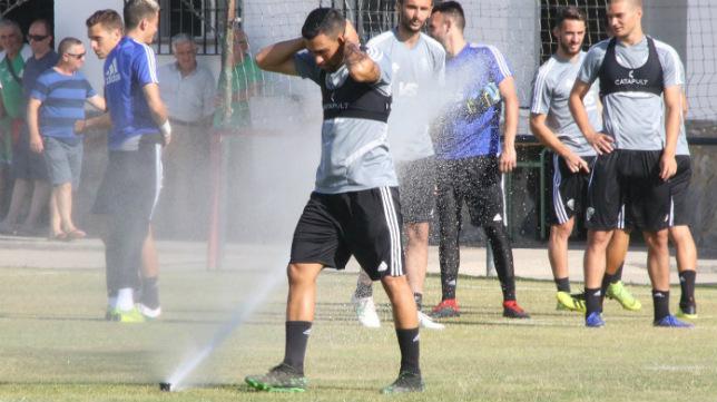 Romera se refresca antes del entrenamiento.