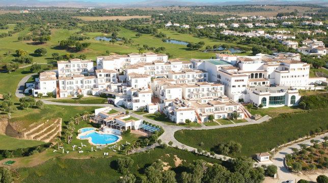 El hotel está en un enclave paradisíaco.