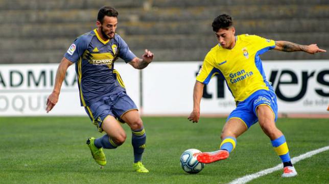 Javi Navarro (de gris) intenta aprovechar sus minutos con el primer equipo. Foto: Cádiz CF.