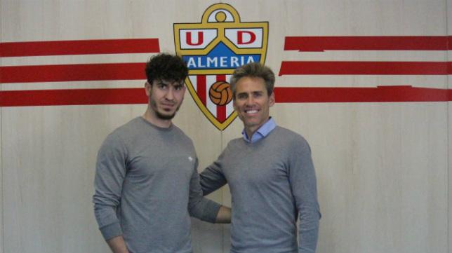 Azores, izquierda, en su presentación con el Almería, junto a Corona.