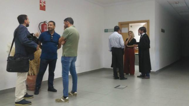 Juan Carlos Cordero habla con Martín José García Marichal y Enrique Ortiz antes de entrar en la sala el pasado viernes.