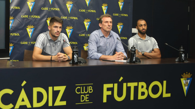 Óscar Arias (c) durante la presentación de Caye Quintana (i) y Akapo (d).