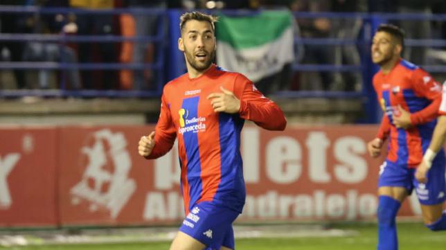 Alberto Perea celebra un gol del Extremadura esta temporada.