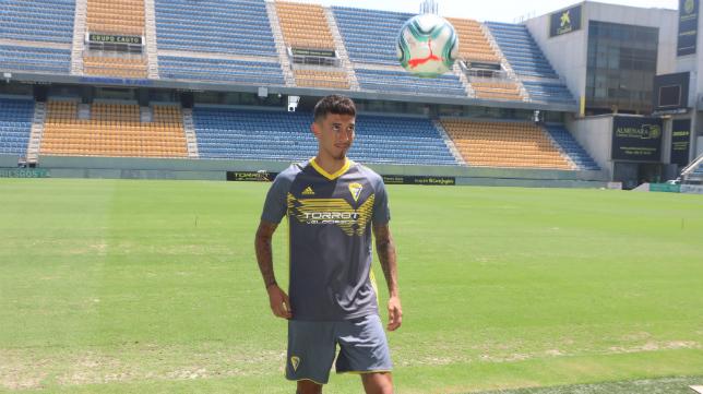 Rhyner posa con la segunda equipación del Cádiz CF durante su presentación.
