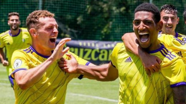 Jordi Tur y Seth Airam celebran un gol con el filial.