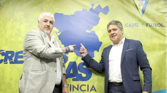 Pepe Mata con el presidente de la Federación de Peñas.