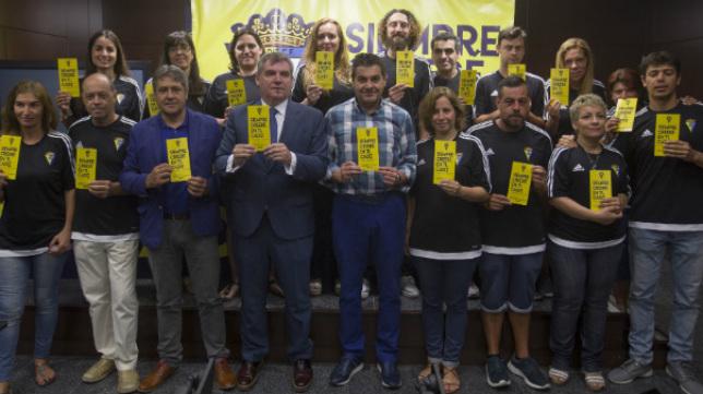 Voluntarios del Cádiz CF, durante la presentación de una campaña de abonados.