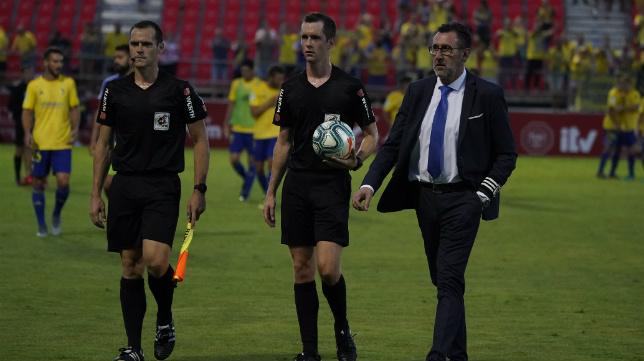 El árbitro navarro Iosu Galech Apezteguía abandona el césped de Anduva.