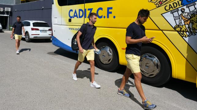 Marcos Mauro y José Mari, antes subir al autobús con destino el aeropuerto de Sevilla.