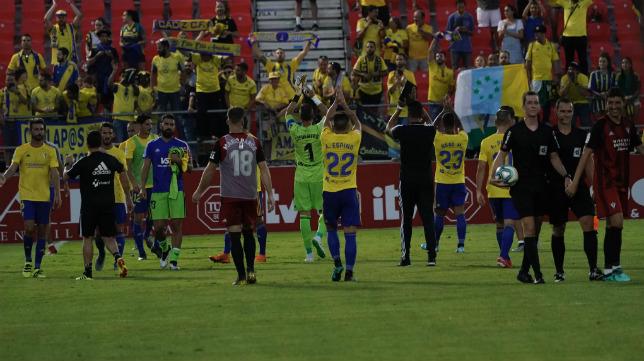 Los jugadores del Cádiz celebraron la victoria en Anduva