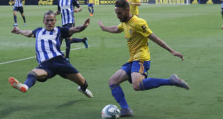 Javi Navarro ante la Ponferradina, en la primera jornada de Liga.