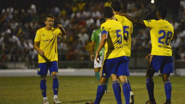 Kecojevic es felicitado por sus compañeros tras marcar en Sanlúcar. Foto: Cádiz CF.