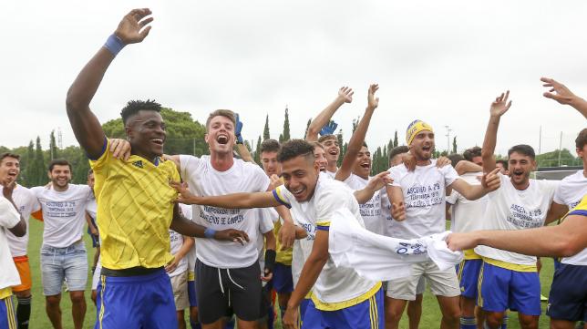 Leomar Pinto, en el centro de la imagen, durante la celebración del ascenso del Cádiz CF B a Segunda B.
