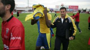 Moke, desolado y en compañia de Cortijo, segundo de Jose, abandonan el césped de Anduva.