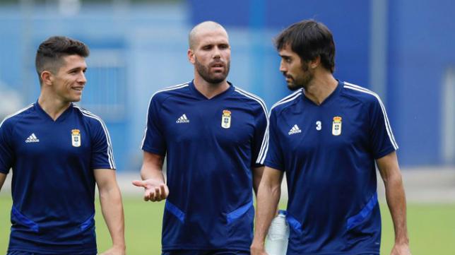 Ortuño, en el centro, ya entrena con el Real Oviedo.