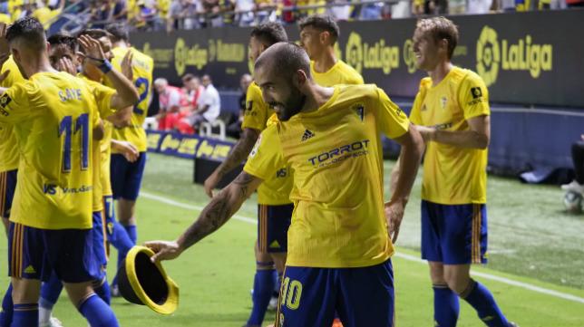 Alberto Perea celebra el gol que le daba tres puntos al Cádiz CF.