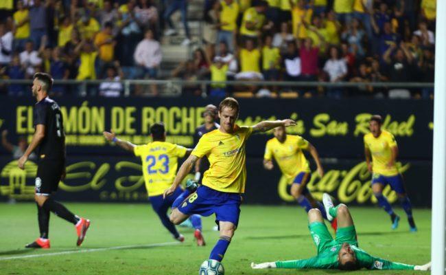 El Cádiz CF sigue líder gracias a su pleno de victorias.