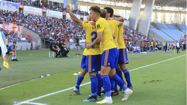 Los jugadores del Cádiz celebran el triunfo en Almería