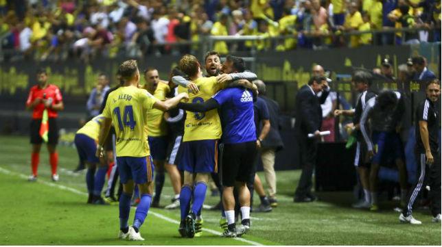 Los jugadores del Cádiz celebran la victoria