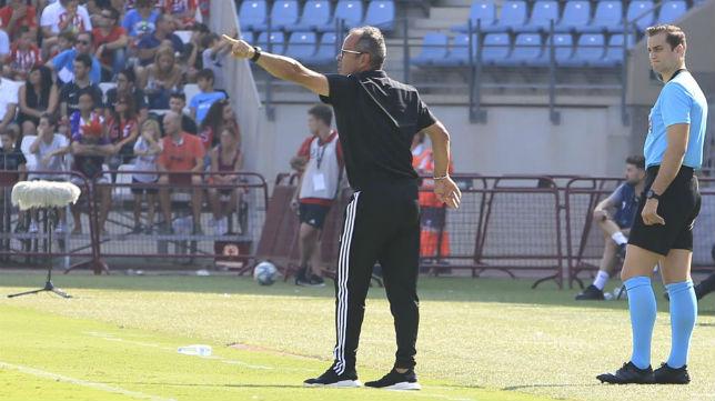 Cervera da instrucciones en el partido en Almería.